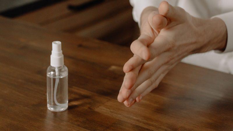 sanificare le mani estetista